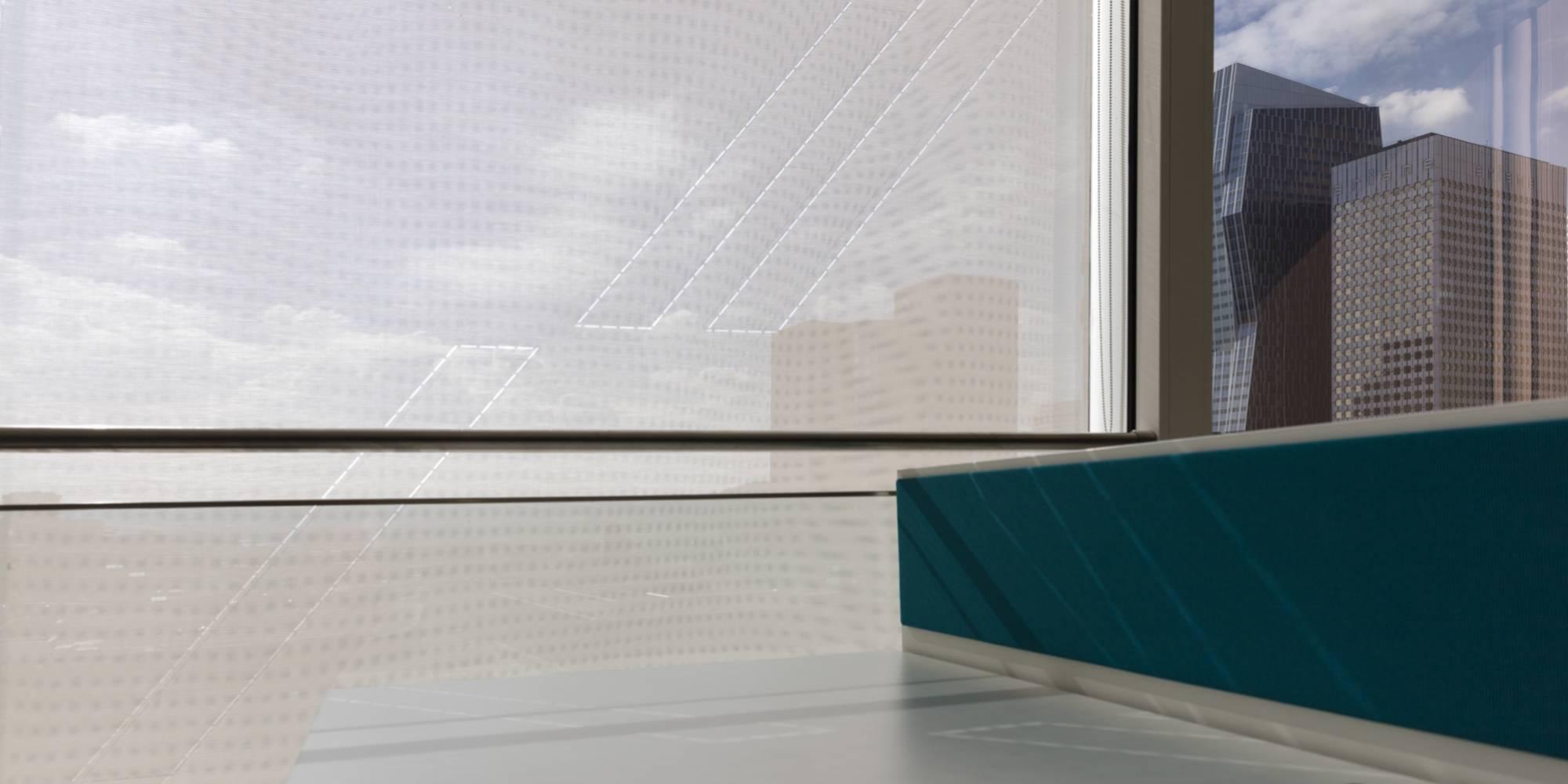 Zoom sur écran solaire monté en store enrouleur avec un dessin exclusif