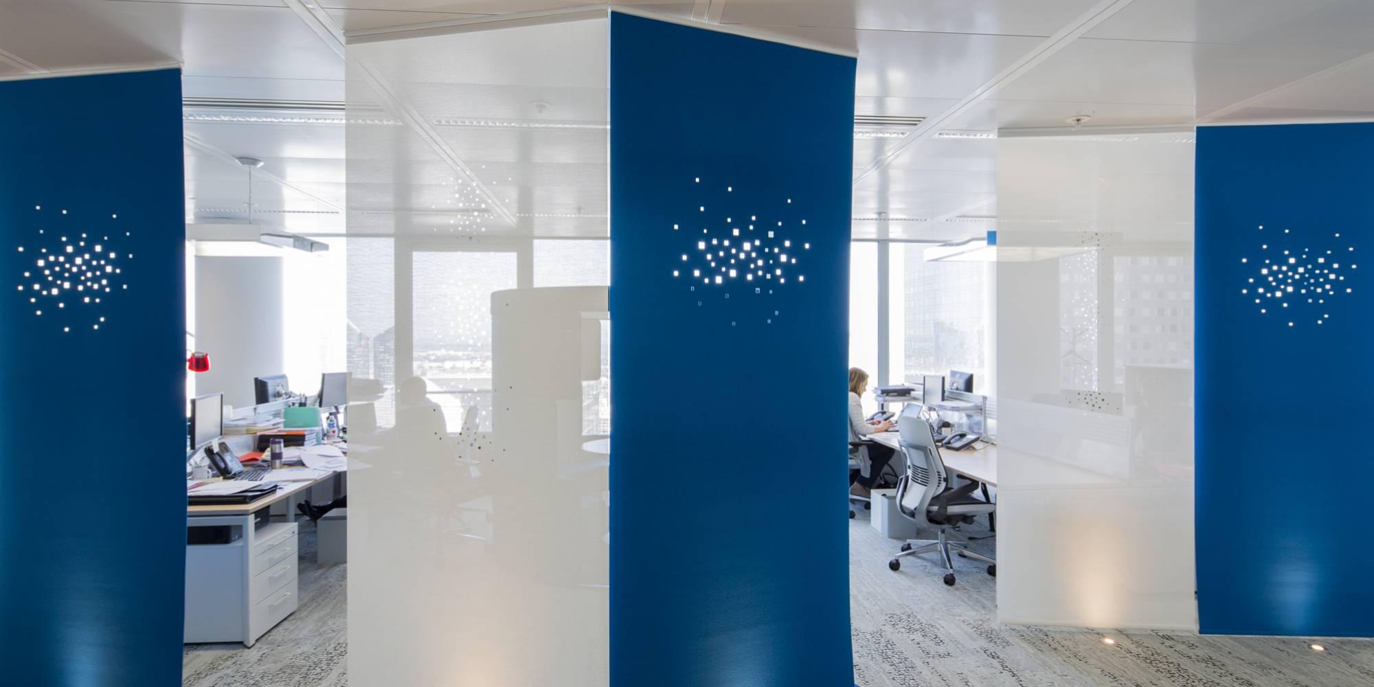 """Dessin """"lumières de la ville"""" sur combinaison de panneaux en feutre et en écran solaire"""
