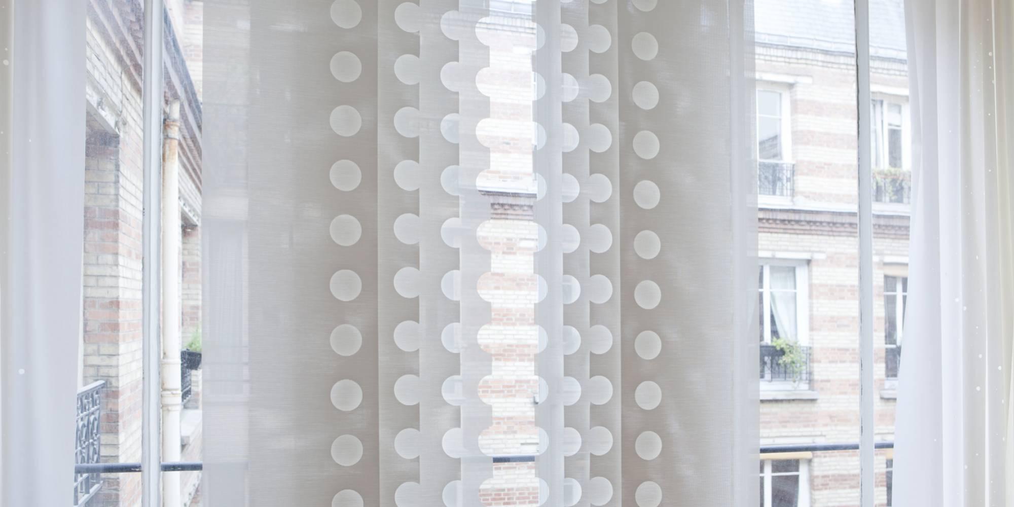 """Dessin """"le cahier"""" sur panneaux écrans solaire en habillage de fenêtre"""