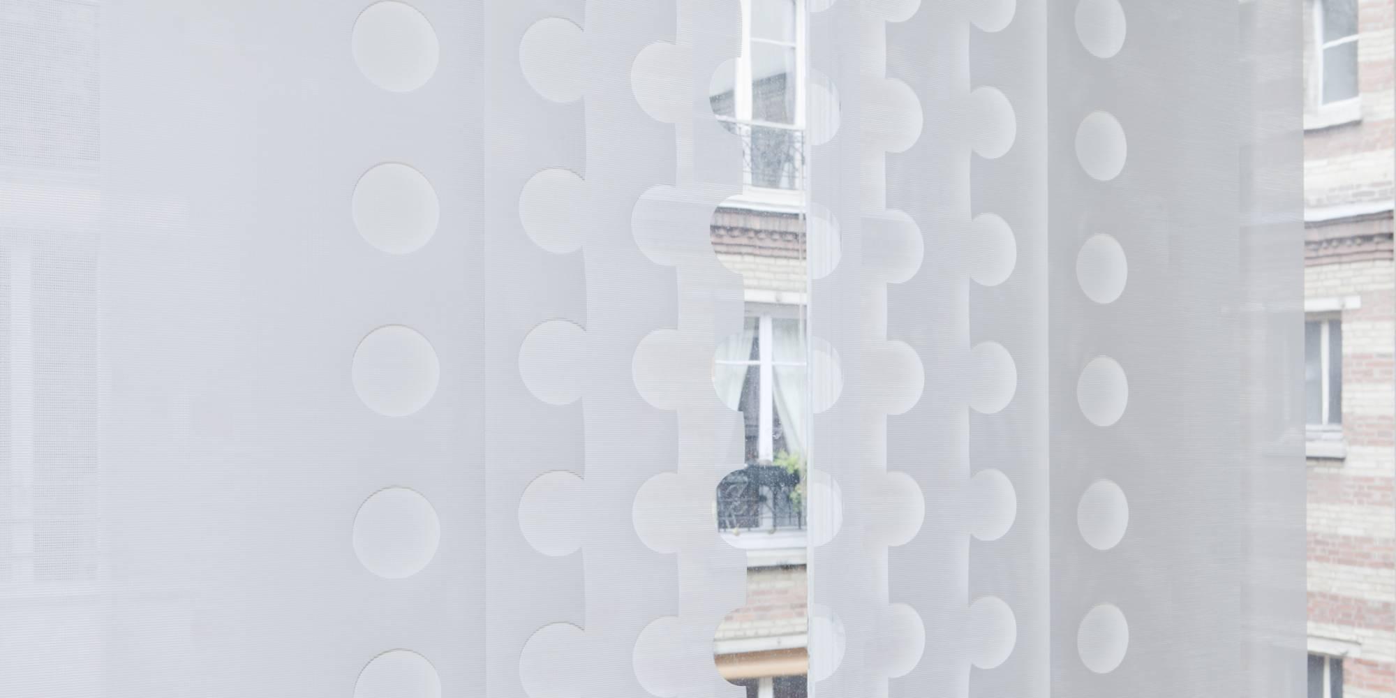 """Zoom : dessin """"le cahier"""" sur panneaux écrans solaire en habillage de fenêtre"""