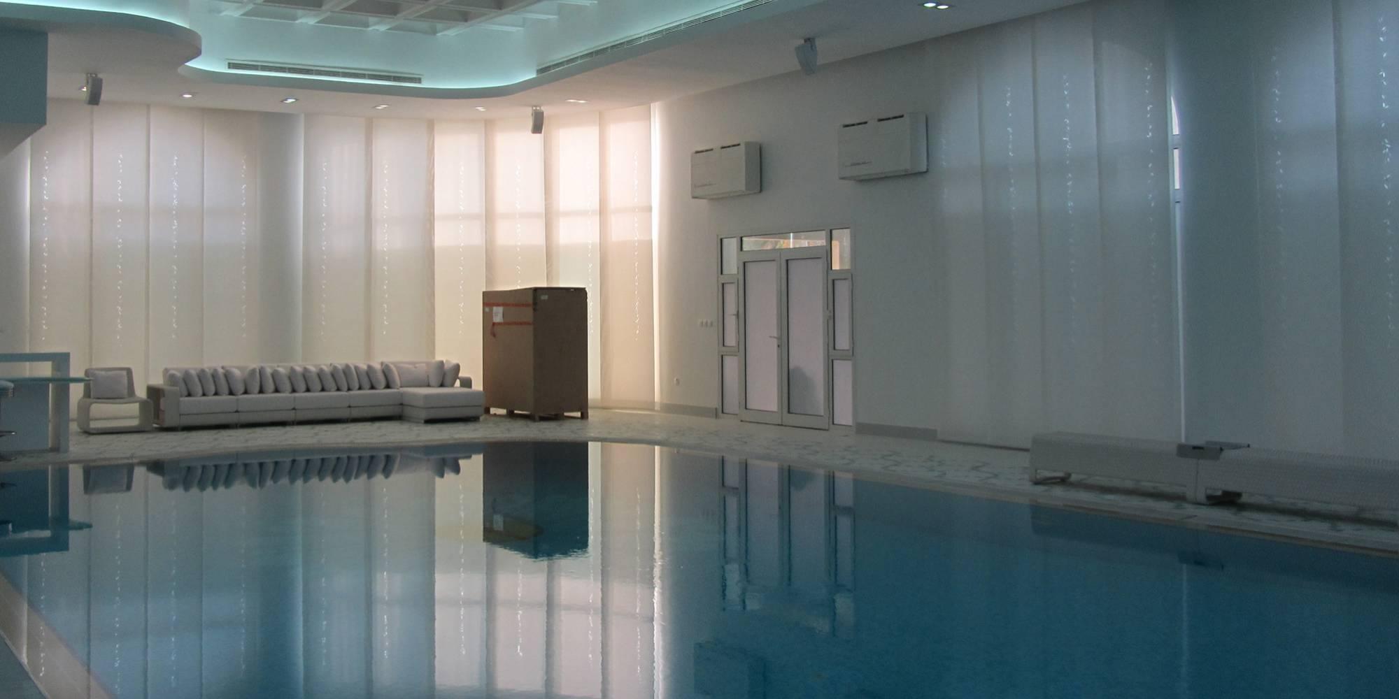 """Dessin """"guirlande de feuilles"""" sur panneaux écrans solaires dans une piscine privée"""