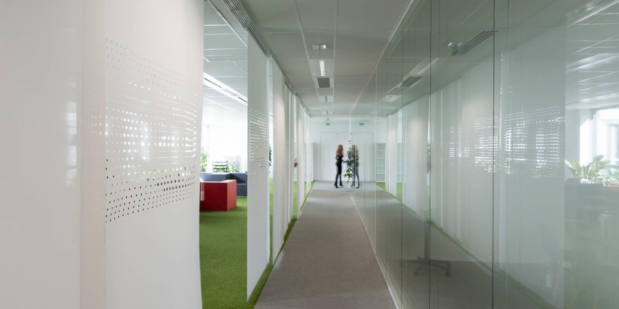 Dessin exclusif sur panneaux coulissants pour matérialiser un couloir