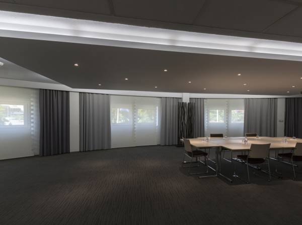 blackout-curtains-for-meeting-room--2