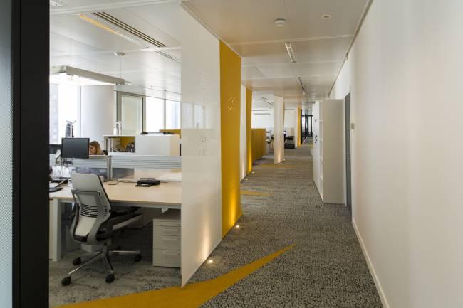 Vue de profil : panneaux en feutre jaune et en écran solaire blanc