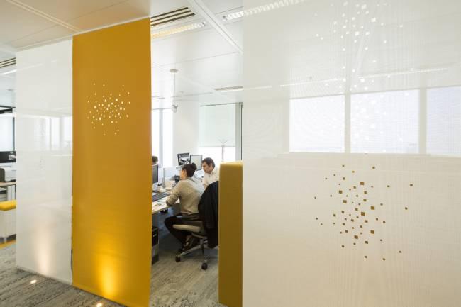 Panneaux en feutre jaune avec notre dessin « lumières de la ville » et en écran solaire blanc avec notre dessin « petites fenêtres »