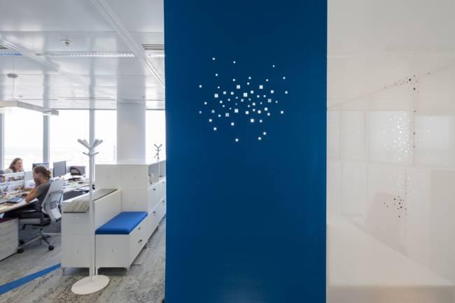 Space dividers in blue felt & in white sun screen mesh