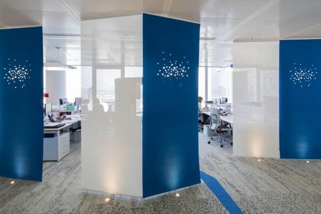 Panneaux en feutre bleu avec notre dessin « lumières de la ville » et en écran solaire blanc avec notre dessin « petites fenêtres »