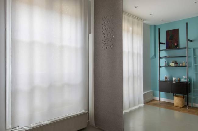 """Séparation d'espace en feutre gris avec notre dessin """"bulles de savon"""" chambre / salle de bains"""