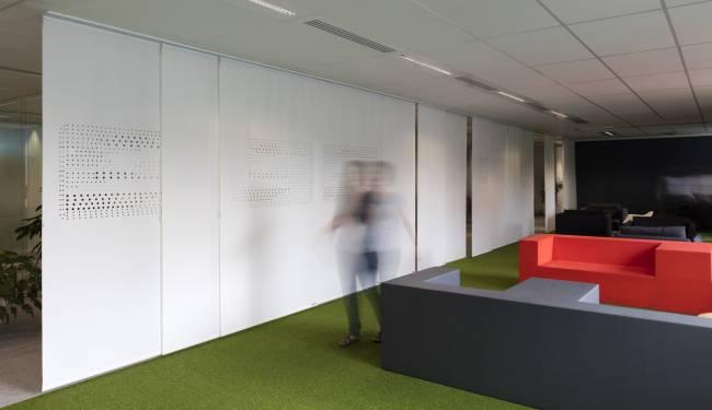 Vue d'ensemble : panneaux séparant l'espace de détente de la zone de circulation et des bureaux