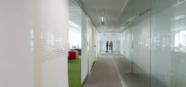 Création d'un couloir avec des panneaux de séparation