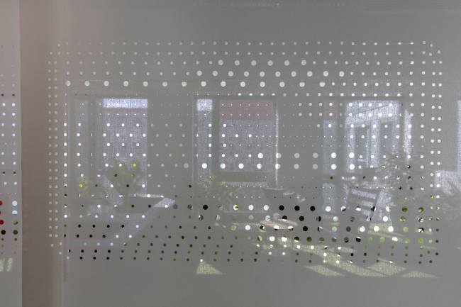 Détails : panneaux séparant l'espace de détente de la zone de circulation et des bureaux