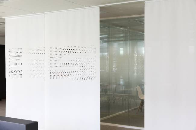 Space dividers seperating the lounge area from the corridor and surrounding offices