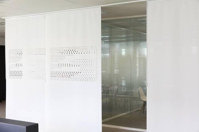 Panneaux séparant l'espace de détente de la zone de circulation et des bureaux