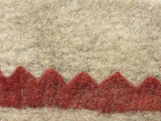 détail de tapis en feutre artisanal