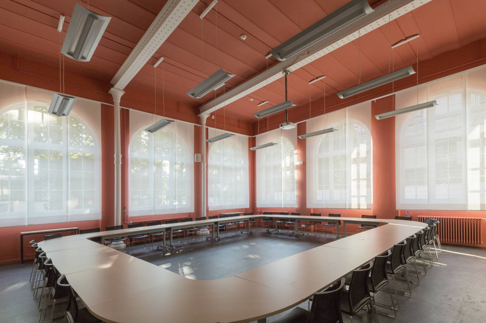 Protection solaire pour une salle de conseil-1